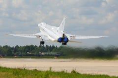 El bombardero del Tupolev Tu-22M3 RF-94142 de la fuerza aérea rusa saca en la base de las fuerzas aéreas de Kubinka Fotografía de archivo libre de regalías