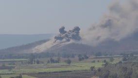El bombardero era bomba del lanzamiento a la blanco del enemigo militar almacen de video