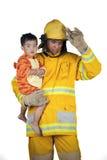 El bombero ahorra a niños del fuego Fotos de archivo libres de regalías