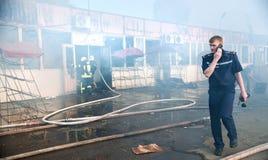 El bombero divulga sobre la situación, cierre para arriba Imagenes de archivo