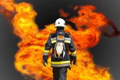 El bombero en industria del petróleo y gas, el bombero acertado en el trabajo, el traje del fuego para el combatiente con el fueg Fotos de archivo