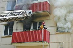 El bombero extingue un fuego Fotografía de archivo libre de regalías