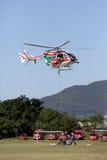 El bombero trabaja con un helicóptero Imagen de archivo libre de regalías