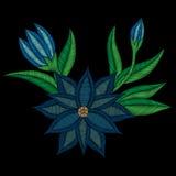 El bordado cose la flor azul popular de imitación con la hoja verde Fotos de archivo libres de regalías