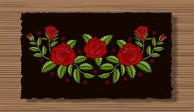 El bordado florece con las puntillas en un paño oscuro de la aleta y un fondo de madera de la textura Ornamento floral con las ro libre illustration