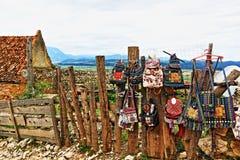 El bordado rumano tradicional empaqueta la ciudadela Transilvania Rumania de Râşnov de los recuerdos foto de archivo libre de regalías