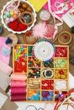 El bordado y los accesorios de costura visión superior, lugar de trabajo de la costurera, muchos se oponen para la costura, hecho Foto de archivo