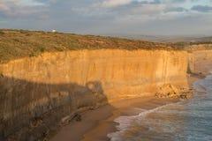 El borde del acantilado cerca del apóstol doce del gran camino del océano en el parque nacional de Campbell del puerto, Australia Imagenes de archivo