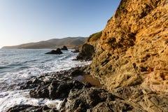 El borde del agua en la costa costa de Marin Headlands, San Francisco Imágenes de archivo libres de regalías