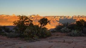 El borde del mesa de Smith en Utah meridional está en sombra mientras que la luz pasada del día brilla en las montañas del parque foto de archivo libre de regalías