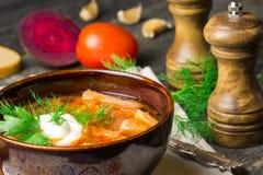 El Borshch es un ruso hecho en casa, una sopa nacional ucraniana - remolachas rojas, verduras y una carne con crema agria en un g fotografía de archivo libre de regalías