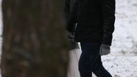 El bosque al aire libre del invierno tiró de los pares jovenes de la boda que caminaban y que se divertían que llevaba a cabo las almacen de video