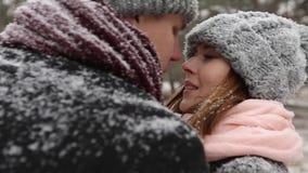 El bosque al aire libre del invierno tiró de los pares jovenes de la boda que caminaban y que se divertían que llevaba a cabo las almacen de metraje de vídeo