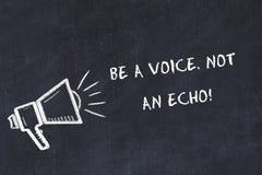 El bosquejo del tablero de tiza con el altavoz y la frase de motivación sea una voz no un eco libre illustration