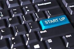 El botón azul con el texto de empieza para arriba Foto de archivo