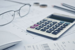 El botón de la calculadora más, los vidrios acuña el lápiz y el ratón en el gráfico p Imágenes de archivo libres de regalías