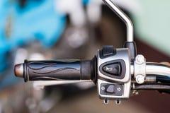 El botón del control en el manillar de la motocicleta Foto de archivo