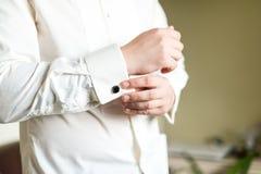 El botón del hombre encima de su camisa Imágenes de archivo libres de regalías