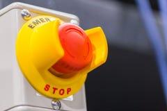 El botón rojo de la emergencia o botón de paro para la prensa de la mano El botón de paro para la máquina industrial Imagenes de archivo