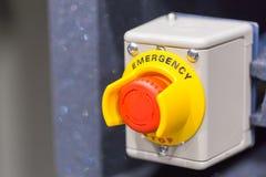 El botón rojo de la emergencia o botón de paro para la prensa de la mano El botón de paro para la máquina industrial Foto de archivo