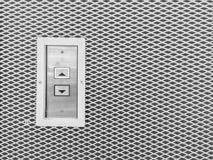 El botón superficial del elevador del primer adentro arriba y abajo de muestra de la flecha en la pared de acero texturizó el fon Imagenes de archivo
