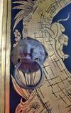 El botón y el oro antiguos del león monkey la pintura en puerta del templo Foto de archivo libre de regalías