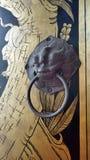 El botón y el oro antiguos del león monkey la pintura en puerta del templo Imagenes de archivo