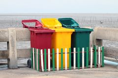 El bote de basura, compartimientos, playa de la basura, basura plástica de la clase del compartimiento del barril, recicla fotos de archivo libres de regalías