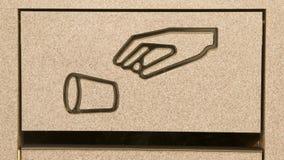 El bote de basura de la zona de restaurantes de la cesta inútil no hace reciclaje del símbolo del litro Imágenes de archivo libres de regalías