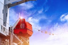 El bote de salvamento o el bote salvavidas del buque de carga amarró el colgante en rabia o el soporte imagenes de archivo