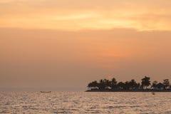 El bote pequeño hacia fuera pescaba por la mañana Imagenes de archivo