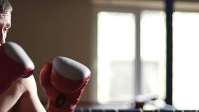 El boxeador cansado que comienza al nuevo rival redondo, que golpea, ganando el partido, combate se divierte metrajes