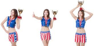 El boxeador de sexo femenino joven con la taza aislada en blanco fotos de archivo