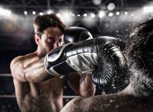 El boxeador en una competencia de la caja bate a su opositor Imagen de archivo libre de regalías