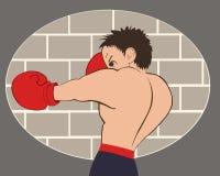 El boxeador joven en pantalones cortos oscuros entrenó en el fondo blanco Foto de archivo libre de regalías