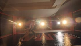 El boxeador lanza abajo de opositor a un piso del anillo del Muttahida Majlis-E-Amal después de sacador knockout 4K metrajes