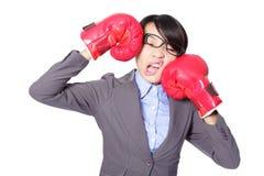 El boxeo de la mujer de negocios y golpea abajo Fotografía de archivo libre de regalías