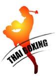 El boxeo tailandés está golpeando con el pie con el error tipográfico tailandés muay del grunge Fotografía de archivo