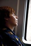 El boy scout duerme en el tren Imagen de archivo