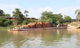 El Brasil, ¡de OriximinÃ: El río Amazonas - gabarra con la madera de construcción de una serrería fotos de archivo