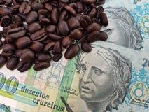 El Brasil asó los granos de café colocados en billetes de banco imagenes de archivo