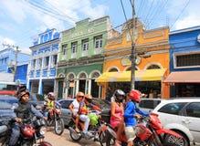 El Brasil, Manaus: Calle ocupada de las compras con las casas viejas Foto de archivo