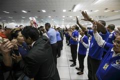 El Brasil - San Paolo - La Igreja Mundial hacen a Poder de Deus - imposición de la mano para el milagro foto de archivo
