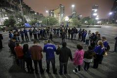El Brasil - San Paolo - Moradores de rua - el iniziate de una secta ruega en el camino fotos de archivo
