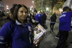 El Brasil - San Paolo - Moradores de rua - el iniziate de una secta ruega en el camino foto de archivo