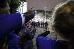 El Brasil - San Paolo - Moradores de rua - el iniziate de una secta ruega en el camino fotos de archivo libres de regalías