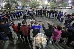 El Brasil - San Paolo - Moradores de rua - el iniziate de una secta ruega en el camino imagenes de archivo