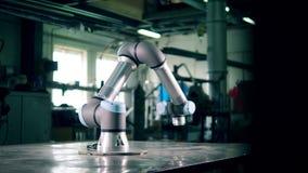El brazo automatizado funciona en una instalación almacen de metraje de vídeo