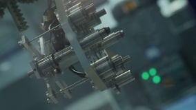 El brazo de máquina moderno del robot se mueve con los detalles del metal almacen de metraje de vídeo