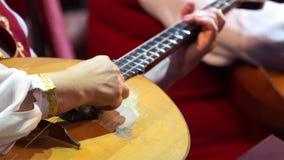 El brazo del músico que adapta los instrumentos musicales metrajes
